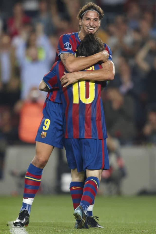 Zlatan Ibrahimovic umarmt Lionel Messi, beide tragen die Trikots des FC Barcelona.