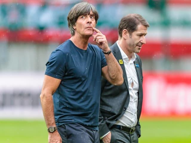 Deutschlands Trainer Joachim Löw (links) und Österreichs Trainer Franco Foda