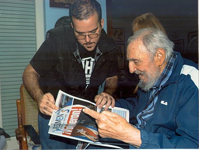 Der ehemalige kubanische Staatschef Fidel Castro beim Betrachten einer Zeitung.