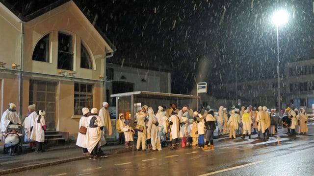 Die Chesslete-Gesellschaft steht vor einer Bushaltestelle im Schnee
