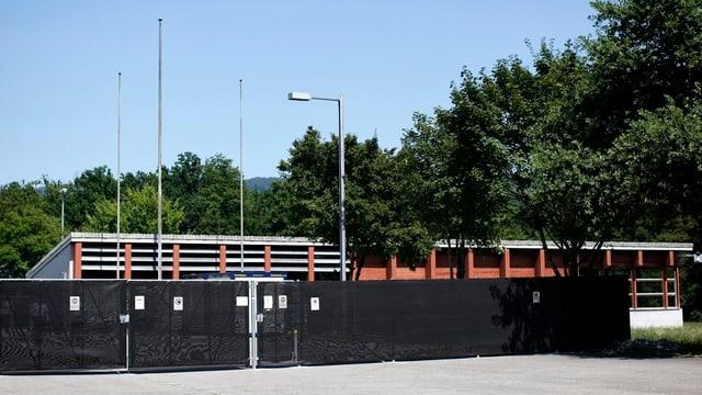 Die Asylunterkunft Bremgarten mit einem schwarzen Zaun und einer Zutrittskontrolle, wie sie in Oftringen geplant ist.