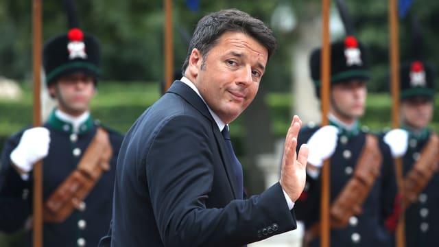 Renzi geht vor einer Ehrengarde vorüber, er winkt.