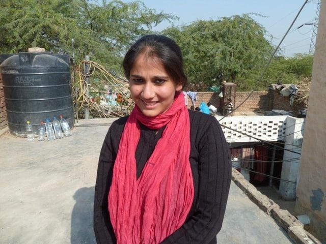 Kavneet Kaur betraut das Wasserprojekt in den Slums von Delhi