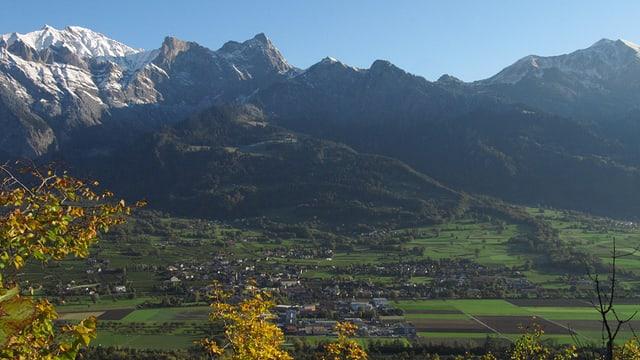 Fernansicht der Stadt Maienfeld in Graubünden.