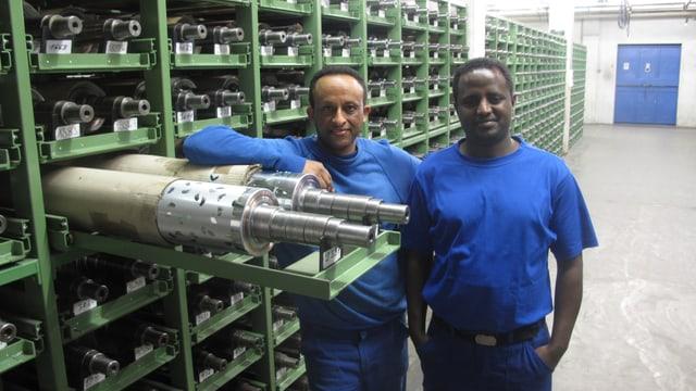Mussie Abraham und Eyob Tesfay im Druckzylinder-Lager der Stewo in Wolhusen.