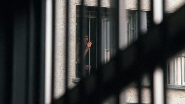 Aufnahme eines Mannes hinter Gittern.