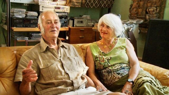 Ein älterer Mann und eine Frau sitzen auf einem Sofa