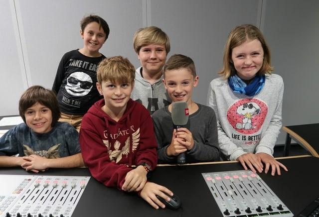 Kinder im Radiostudio