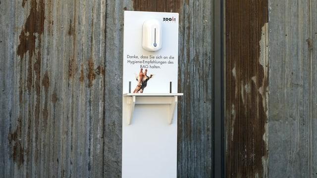 Ein Desinfektionsmittelspender steht für die Besucher des Zoos Zürich bereit.