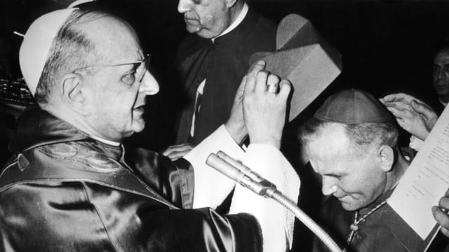 Paul VI. und der spätere Papst Johannes Paul II. in einer Archivaufnahme