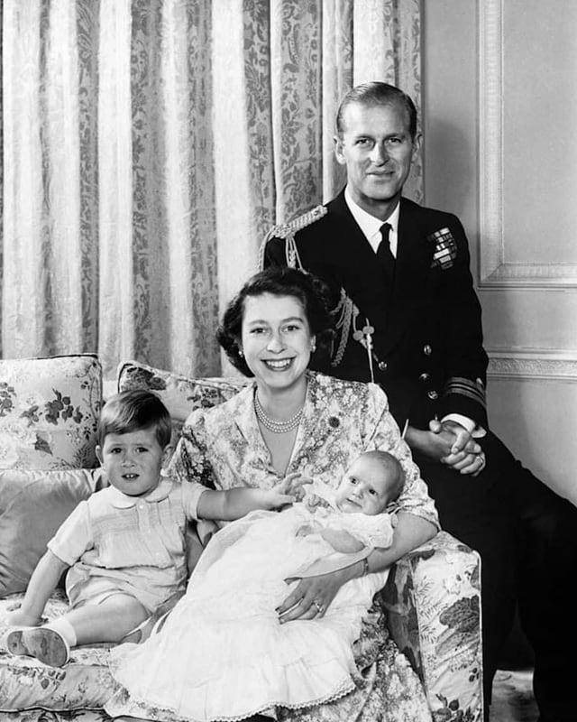 Familie posiert für Fotografen und lächelt
