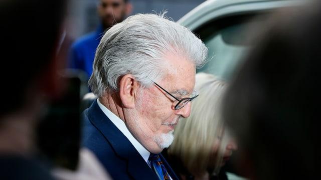 Rolf Harris sitzt im Gerichtssaal