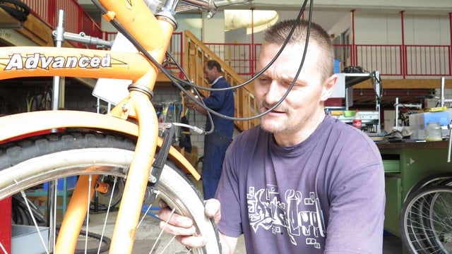 Raphael Thut revidiert ein altes Fahrrad.