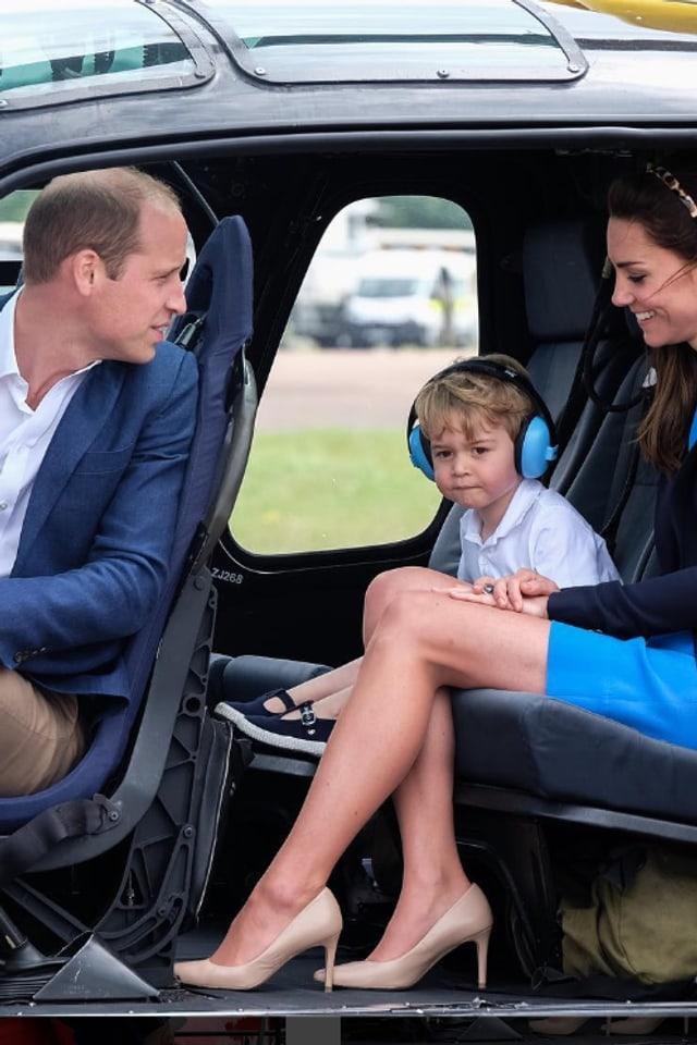 William, George und Kate sitzen im offenen Helikotpter