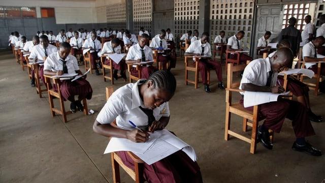 Liberianische Uni-Anwärter an Prüfung.