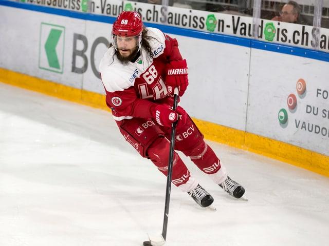 Sven Ryser kurvt auf dem Eis.