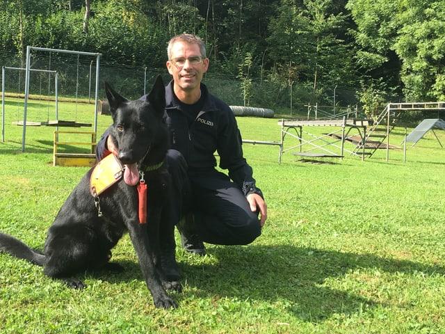 Suchen gemeinsam nach Vermissten: Polizeihund Zico und Stefan Meister.