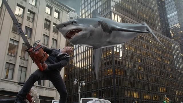 Szene aus «Sharknado»: Mann attackiert auf ihn zufliegenden Hai mit Kettensäge.