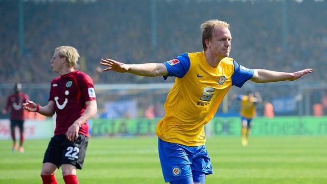 Braunschweigs Havard Nielsen feiert gegen Hannover seinen Treffer zum 2:0.