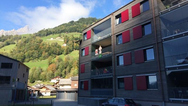Ein neu gebautes Mehrfamilienhaus in einem Bergdorf.
