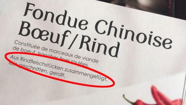 """Nahaufnahme einer Verpackung Chinoise-Fleisch mit Aufschrift """"Aus Rindfleischstücken zusammengefügt""""."""