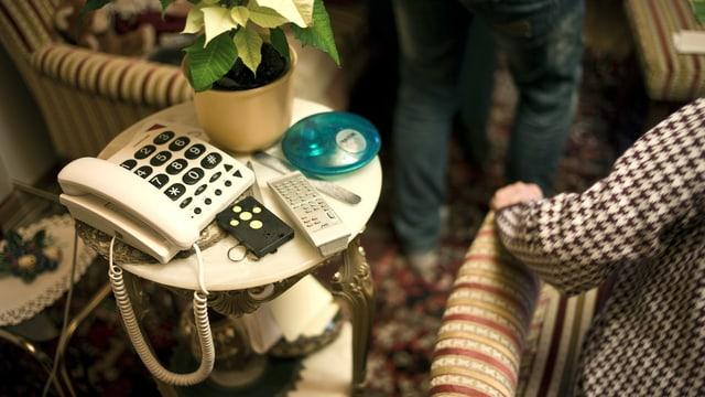Telefon mit grossen Tasten für alte Frau