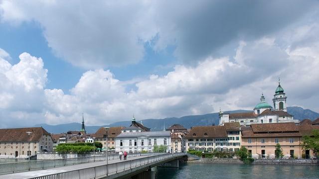 Die Solothurner Altstadt mit der Kreuzackerbrücke im Vordergrund