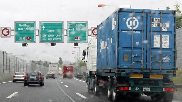 Lastwagen auf Autobahn