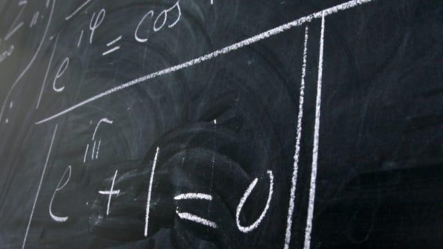 Eine schwarze Wandtafel mit mathematischen Formeln