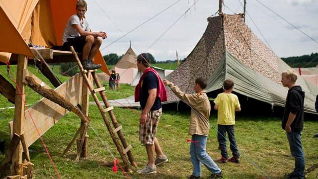 Kinder vor Zelten eines Jungwachtlagers.