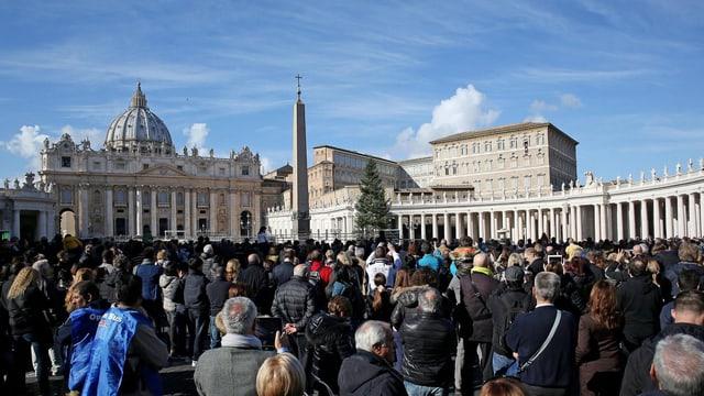 Eine Menschenmenge hat sich auf dem Petersplatz versammelt.