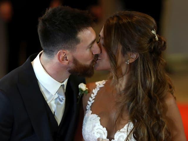 Weltfussballer Lionel Messi und seine Jugendliebe Antonella Roccuzzo kurz nach ihrer Hochzeit in Rosario Argentinien.