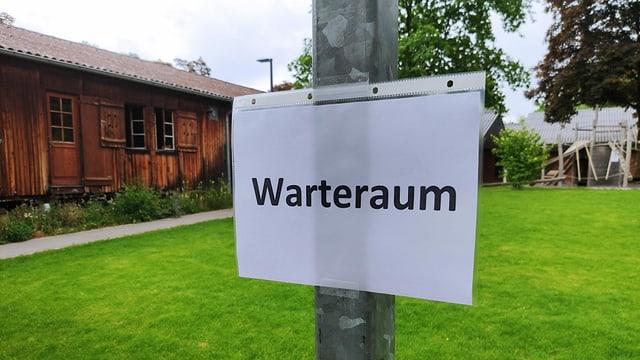 Zettel an Pfosten: Warteraum.