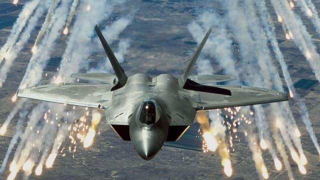 Kampfjet nach Abwurf von Raketen