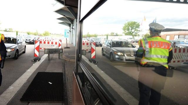 Am Grenzübergang in Weil am Rhein steht ein Grenzpolizist