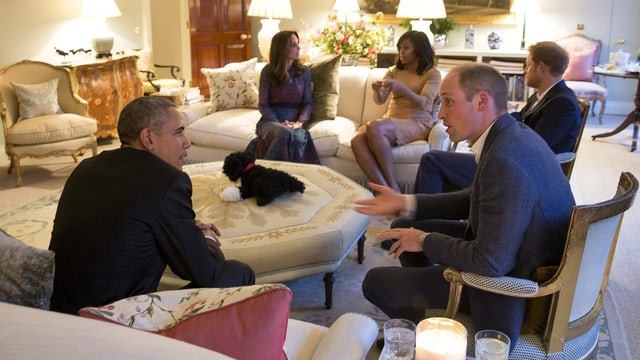 Die britischen Royals und das Präsidenten Paarsitzen gemütlich im Wohnzimmer.