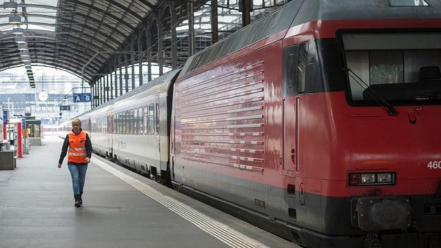 Tren en la staziun da Lucerna.