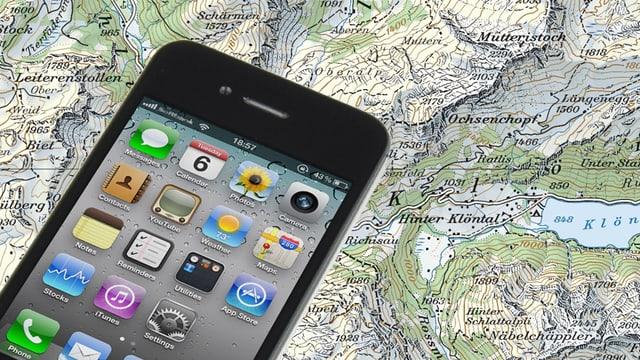 Ein iPhone liegt über dem Ausschnitt einer Landeskarte