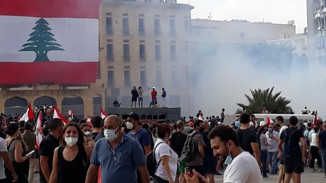 Demonstranten und Tränengaswolken