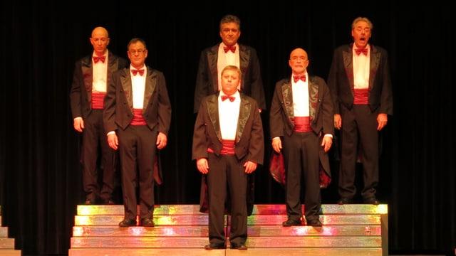 Sechse Männer im Frack auf der Bühne.