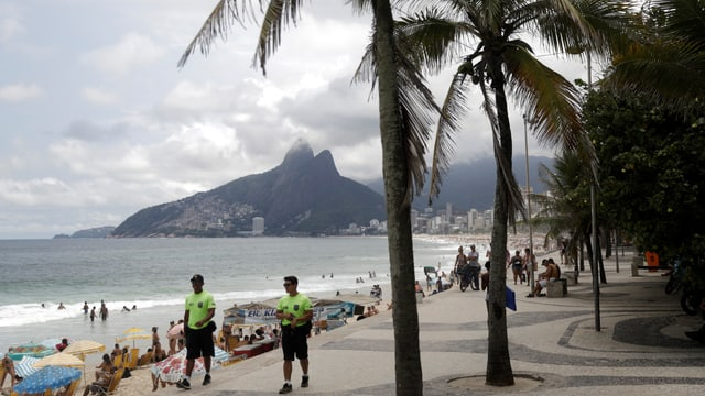 Polizisten am Strand von Rio. Jetzt unterstehen sie dem Militär.