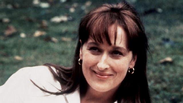 Meryl Streep in ihren Dreissigern lächelt.
