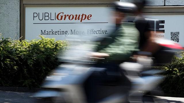 Das Logo von Publigroupe prangt an einer Hauswand.