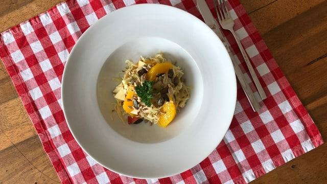 Kabissalat mit Kümmel, Orange und Apfel.
