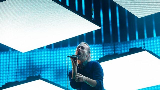 Man sieht Thom Yorke, den Lead-Sänger von Radiohead, an einem Konzert in Saint-Triphon.