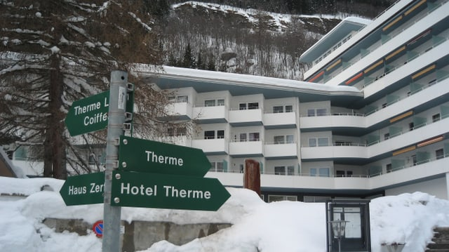Hotel cun balcuns davos in mussavia tar la Therme ed il hotel Therme.