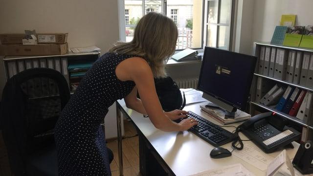 Frau an Computer.