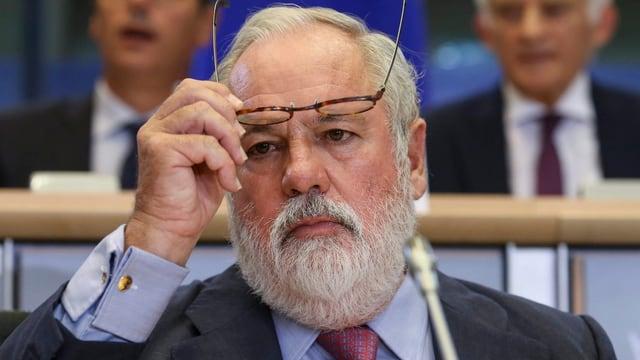 Miguel Arias Canete setzt seine Brille ab