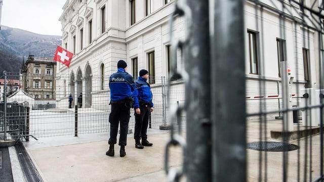 Policists da la polizia chantunala dal Tessin controlleschan las vias enturn il Tribunal penal federal.