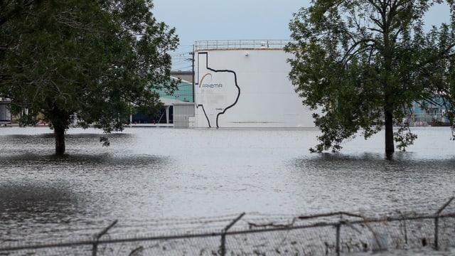 La fabrica da chemia è inundada e smanatscha d'explodir.